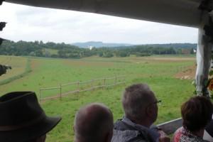 Der Blick vom Anhänger zeigt die durch Erdauffüllung neu geschaffene Ackerfläche im Regental in Aldingen