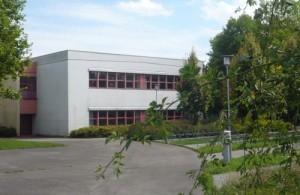 Links vom abgebildeten Gebäudetrakt werden sich die neuen Räume auf zwei Etagen in Richtung der Fahrradabstellplätze erstrecken