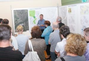 Bei der Ausstellung der städtebaulichen Entwürfe im September 2011 war das Interesse groß. Stadtrat Michael Hörr stellte dem AK Veranstaltungen der Freien Wähler die Arbeiten vor.