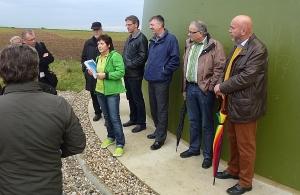 Auch bei der Besichtigung im Mittelpunkt: Hanne Hallmann. Rechts im Bild sind Jürgen Geiger und Gerhard Waldbauer von den Freien Wählern Remseck zu sehen.