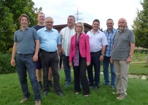 Die sieben Freie Wähler-Stadträte zusammen mit Lutz Hörr (ganz links) im Freigelände des Sonnenhofes.