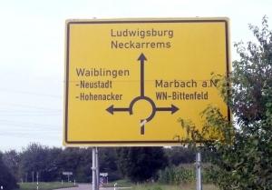 """Auch 40 Jahre nach der Kommunalreform steht """"Neckarrems"""" statt """"Remseck"""" auf dem Wegweiser"""