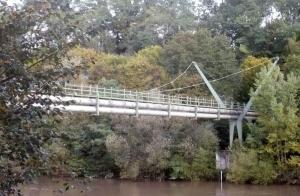 In die Jahre gekommen: die Rohrbrücke über den Neckar