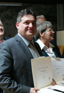 Stadtrat Rainer Plessing erhielt für zwanzig Jahre Mitarbeit im Gemeinderat Ehrenurkunde und Stele des Gemeindetages Baden-Württemberg