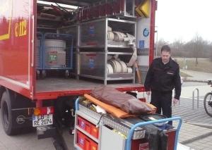 Thomas Huber demonstriert die Beladung des Gerätewagens