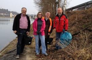 Beim Einsammeln von Müll am Neckardamm bei der Aldinger Schleuse: Jürgen Geiger, Isabel Eisterhues, Carl-Eugen Metz und Gerhard Waldbauer (v. links)