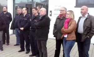 Bei der Vorführung des flexibel auszurüstenden Gerätewagens der Feuerwehr: die Freie Wähler-Fraktionsmitglieder Gerhard Waldbauer, Isabel Eisterhues, Jürgen Geiger (v. rechts) und Peter Bürkle (2. v. links)