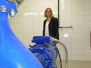 Stadträtin Isabel Eisterhues inspiziert eine der drei Pumpen im neuen Pumpwerk Neckarrems