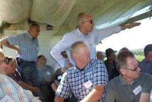 Während der Rundfahrt in Neckargröningen erläutert Baubürgermeister Karl-Heinz Balzer die geplante Erweiterung des Gewerbegebiets Rainwiesen. Vor ihm (sitzend) Freie Wähler-Stadtrat Jens Kadenbach, hinten links (stehend) Jürgen Leutenecker.