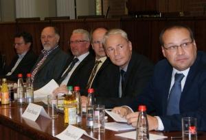 Das hochrangig besetzte Podium mit Thomas Kiwitt, Reiner Boucsein, Jürgen Vogt, Karl-Heinz Balzer und Gerhard Ressler (von rechts). Daneben Rainer Gessler, der Vorsitzende der Freie Wähler-Kreistagsfraktion