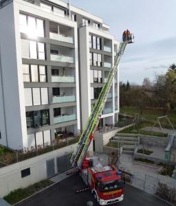 Übungseinsatz im Wohngebiet Steige in Neckarrems: auch acht Etagen sind schnell zu erreichen