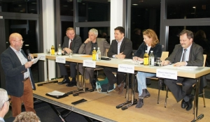 Der Fraktionsvorsitzende der Freien Wähler, Gerhard Waldbauer, begrüßt die Kandidaten auf dem Podium