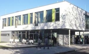 Im Erdgeschoss des Anbaus ist die Mensa der Realschule untergebracht