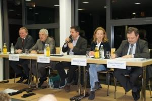 Auf dem Podium: Claus Schmidel MdL, Jürgen Walter MdL, Moderator Markus Klohr, Stefanie Knecht, Klaus Herrmann MdL (v. links)
