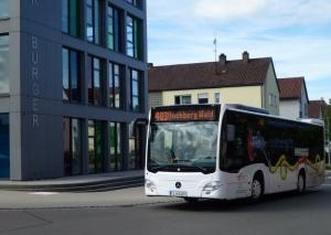 """Noch neu im Aldinger Stadtbild: ein Bus der Linie 403 vor dem Haus der Bürger, unterwegs als """"Einkaufslinie"""""""