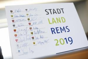 Sechzehn Stadtoberhäupter stehen mit ihren Unterschriften für die Remstal-Gartenschau
