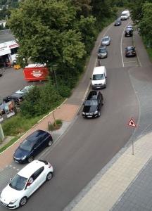 Nachmittags kurz vor 17:00 aus dem Haus der Bürger fotografiert. Die Mehrzahl der Autos hat auf der Wehrbrücke eigentlich nichts zu suchen!