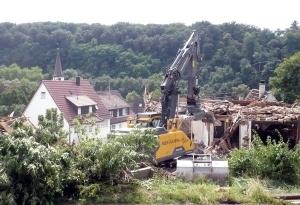 In der Dorfstraße in Neckarrems entsteht nach dem Abriss mehrerer kleiner, alter Häuser moderner Wohnraum für rund 50 Menschen
